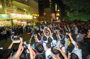 前田敦子さんの卒業公演後、AKB48劇場の前に多くのファンが集まった=2012年8月27日、東京・秋葉原