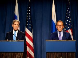 会談に先立ち、記者団に話す米国のケリー国務長官(左)とロシアのラブロフ外相=2013年9月13日、ジュネーブ