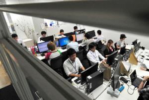 ソーシャルメディア活用支援会社「ガイアックス」では、選挙の候補者への中傷やデマ情報などがないか、24時間監視している=2013年6月、東京都品川区