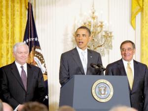 ホワイトハウスで、新国防長官となるパネッタCIA長官(当時、右)やオバマ大統領と会見に臨むゲーツ国防長官(左)=2011年4月