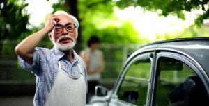 宮崎駿監督、愛車とともに=2013年7月、東京都小金井市
