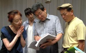 『かぐや姫の物語』のプレスコで。左から宮本信子、朝倉あき、高畑勲、地井武男=東宝提供