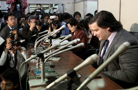 会見の最後、座ったまま頭を下げるマウント・ゴックスのマルク・カルプレスCEO=2014年2月28日午後7時28分、東京・霞が関、長島一浩撮影