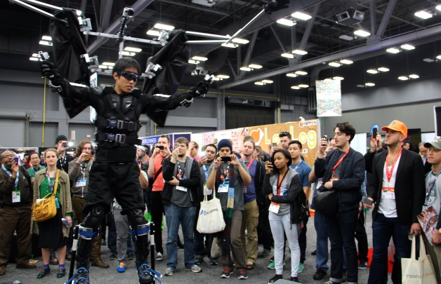 写真・図版 : 6.動作拡大型スーツSkeletonics