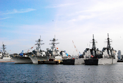 日米共同の弾道ミサイル防衛(BMD)特別訓練に参加した日本のイージス艦(右から1、2番目)と米国のイージス艦=2014年2月28日、米海軍横須賀基地