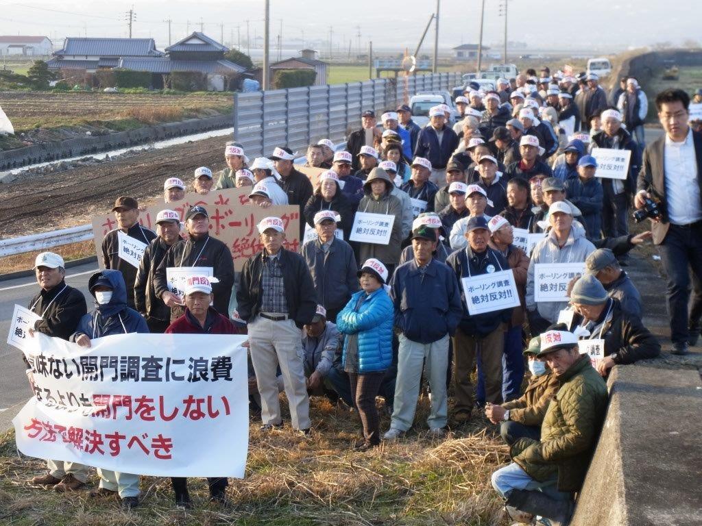 林芳正大臣の現地視察の際、開門反対を訴える農民の2 2013年2月