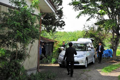容疑者宅の捜索を終え、車に乗り込む岩手県警の捜査員たち=28日午後2時45分、青森県十和田