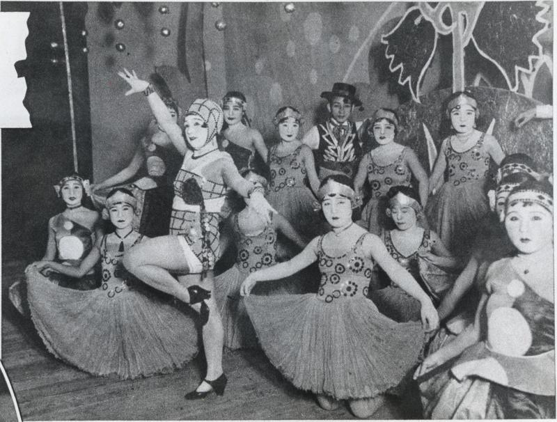 河合澄子さん(中央)は、民衆娯楽の源泉・レビューに20年前から登場している「万年新進」ダンサー。むっちりした肢体をさらして男性を惹きつけている=1930年12月ごろ撮影