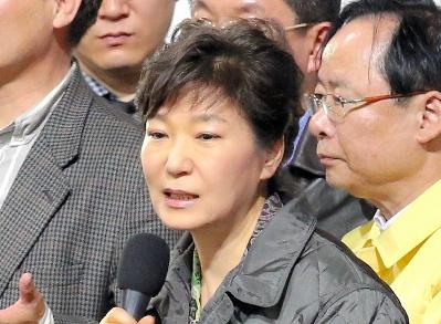 旅客船沈没事故で、安否が不明となっている乗客の家族らに対し、政府の対応について説明する朴槿恵大統領=201441717日午後、韓国・珍島