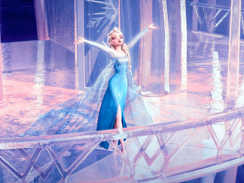 氷の城を築き、解放されるエルサ。主題歌「Let It Go ~ありのままで~」を高らかに歌い上げるシーンだ〓2014 Disney. All Rights Reserved..jpg