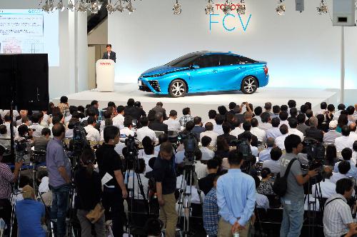 トヨタ自動車の「FCV」の発表会にはたくさんの報道関係者らが集まった=2014年6月25日午後、東京都江東区、山本裕之撮影