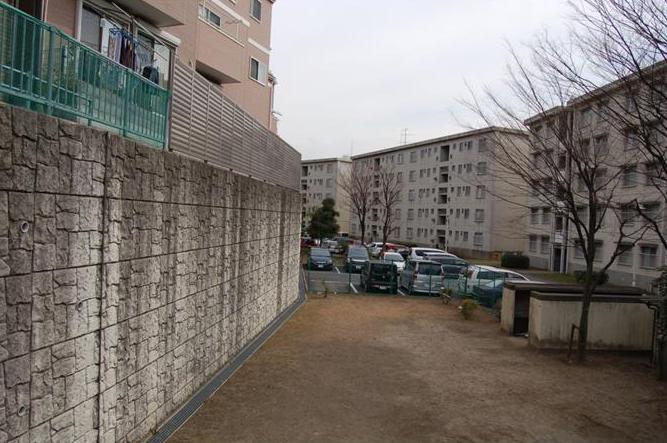 東京都江戸川区平井7丁目に2004年に完成したスーパー堤防(左)。右は国家公務員住宅。