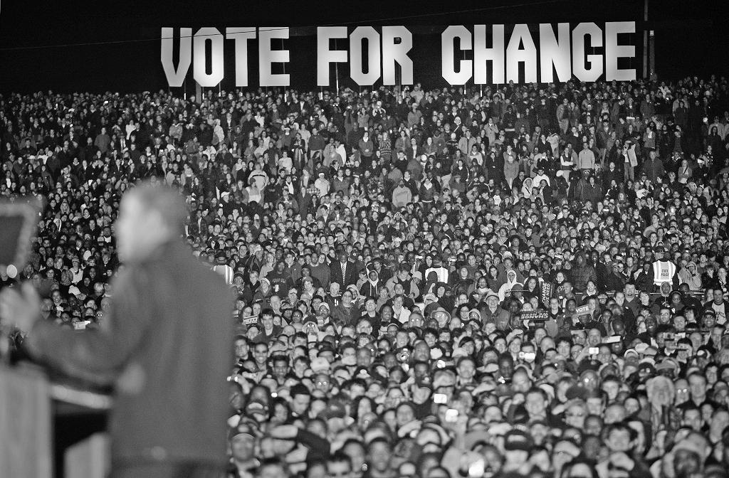 民主党のオバマ候補(手前)の最後の集会には大勢の支持者が詰めかけた=2008年11月、バージニア州マナサス