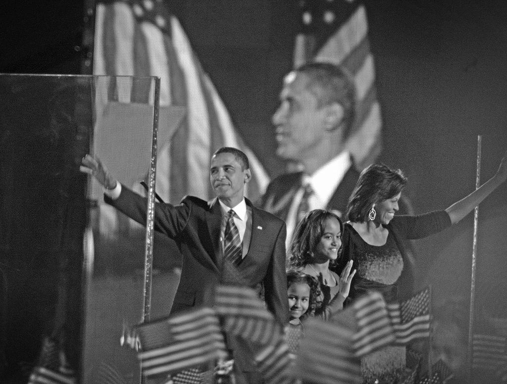 当選を決めたオバマ候補は、家族と共に手を振って支持者に応えた=2008年11月、シカゴ