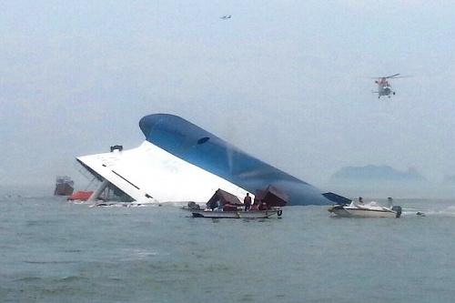 東巨次島から救助に駆けつけた漁師、車正録さんが撮影したセウォル号。船体は空気を霧のように噴き上げながら沈んだ=2014年4月16日、韓国南西部・東巨次島周辺