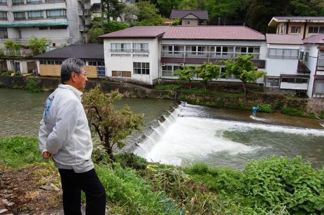 赤倉温泉の下流部にあるコンクリート堰を望む大熊孝・新潟大学名誉教授