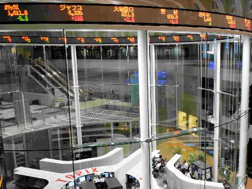 株価情報が表示される東京証券取引所内