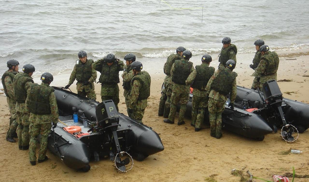 駐屯地内の入江を使って行われたボートの操船訓練=撮影・筆者