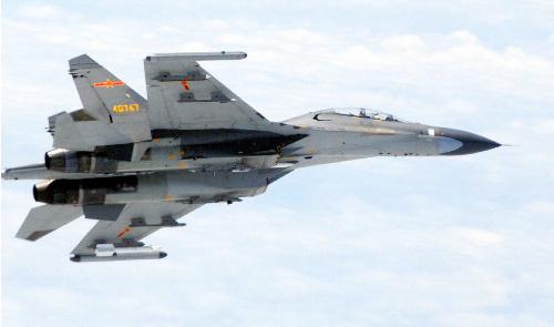 自衛隊機に接近した中国軍のSu27戦闘機=201461111日午前11時ごろ、防衛省提供