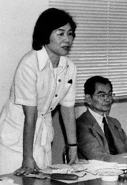 社会党の第1回日米交流委員会であいさつする同委員長の土井たか子代議士。右は石橋政嗣・社会党委員長19847
