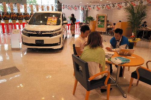 消費増税後の自動車販売店=愛知県内