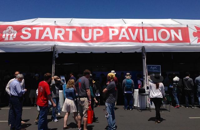 写真・図版 : 写真1. モノづくりベンチャーが集まるMaker Faire(米シリコンバレー)