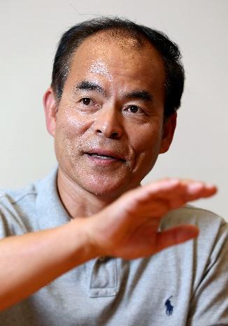 インタビューに答えるノーベル物理学賞の受賞が決まった中村修二氏=2014年10月17日午後、東京都新宿区