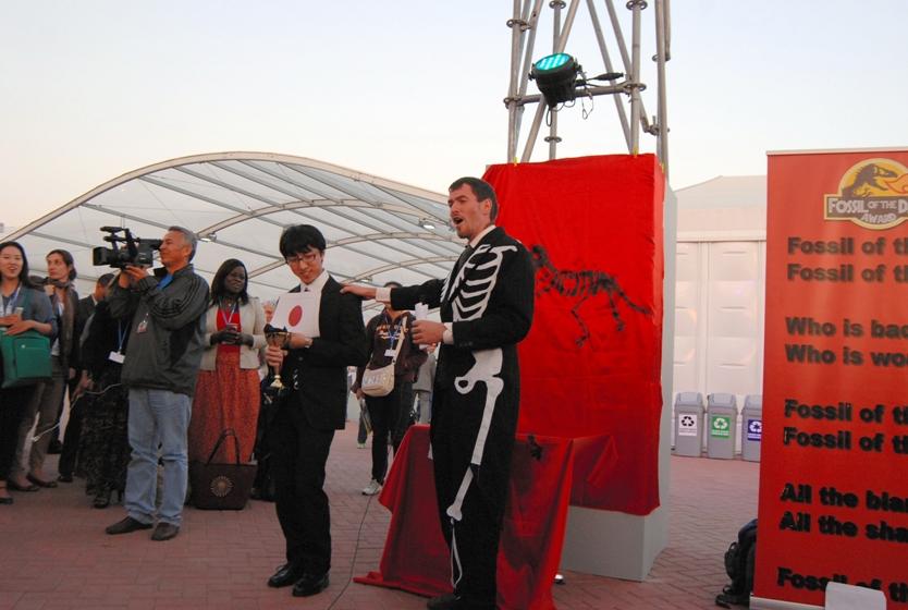 COP20で、各国のNGOでつくる「気候行動ネットワーク」が、交渉で最も後ろ向きだった国に皮肉を込めて贈る「化石賞」に日本を選んだ。2014年12月2日、リマで。香取啓介撮影