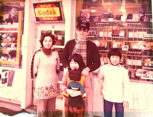 青森市にある写真館を訪れ笑顔を見せる高倉健さん=藤巻健二さん提供