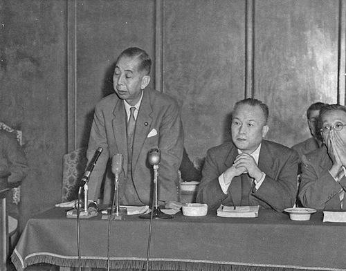 衆院内閣委員会で日米安保条約改定について答弁する岸信介首相(左)=1958年10月