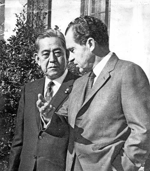 ホワイトハウスで会談を終えた佐藤栄作首相とニクソン米大統領=1969年11月