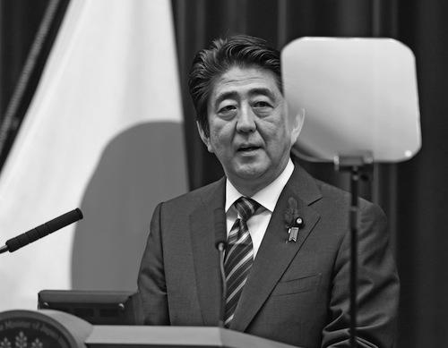 閣議決定後、会見で集団的自衛権についての考え方を説明する安倍晋三首相=2014年7月1日、首相官邸