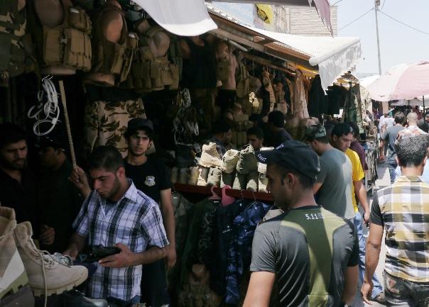 若者たちで込み合うミリタリー用品を売る市場=26日、バグダッドのバーブシャルジャで、川上撮影