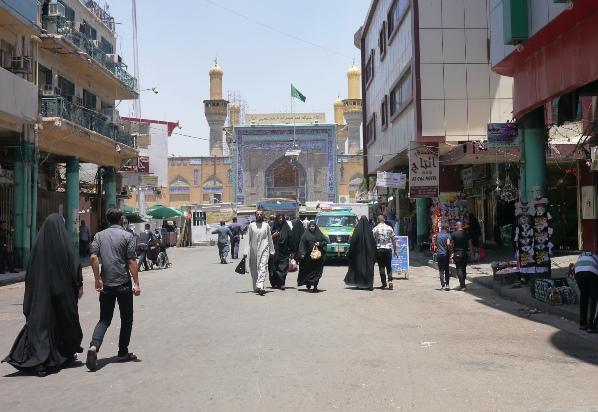 バグダッドにあるシーア派の聖地カードミヤの聖廟に向かう通りは金曜礼拝が行われた27日、いつになく閑散としていた=川上撮影