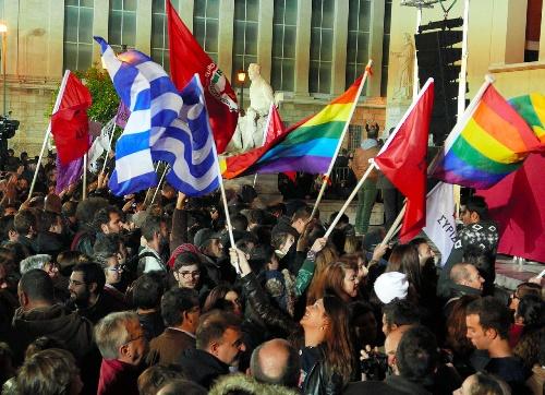 急進左翼進歩連合が勝利を決め、国旗や党の旗などを振って喜びにわく支持者たち=2015年1月25日、アテネ大学本部前、梅原季哉撮影