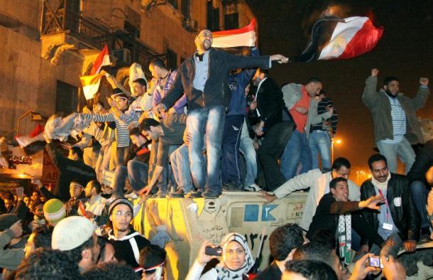 カイロのタハリール広場で、ムバラク大統領の退陣後、軍の装甲車に上がって喜び合う市民たち 201102