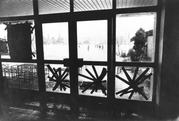 先生が暴力常習の生徒の胸を、ポケットに持っていた果物ナイフで刺して、10日間のけがをさせるという事件が起きた東京都町田市立忠生中学校の玄関ホール1983年