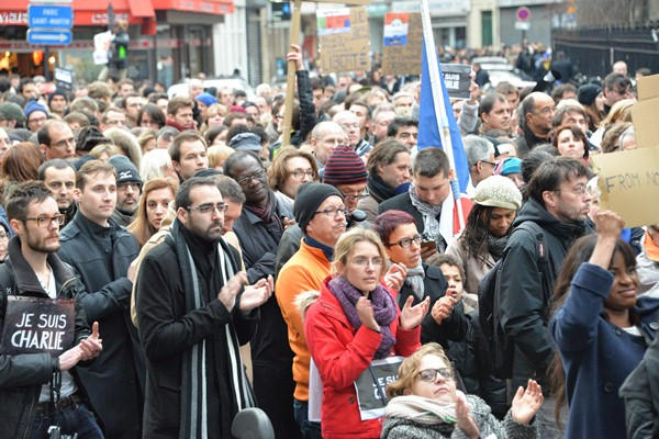 表現の自由やテロに屈しない決意を示す大行進に参加した人々=2015年1月11日、パリ市内