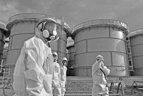 東京電力福島第一原発で、汚染水の貯蔵タンクが並ぶエリアを視察する原子力規制委の田中俊一委員長(手前)=2014年12月12日午後1時44分、福島県大熊町