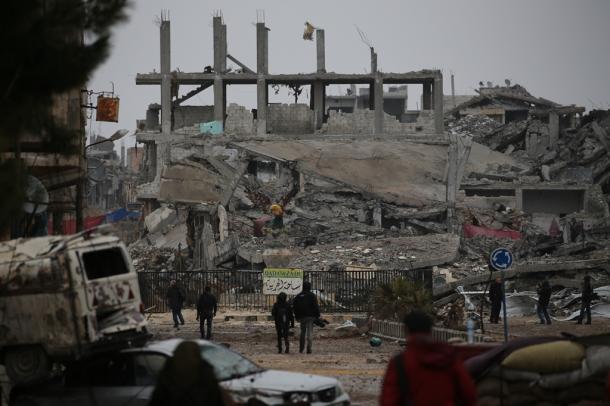 紛争の傷痕が生々しく残る市街地=30日午後、シリア北部アインアルアラブ(クルド名コバニ)、矢木隆晴撮影
