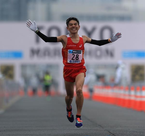 東京マラソンで日本人男子トップの7位でゴールする今井正人=2015年2月22日、東京ビッグサイト