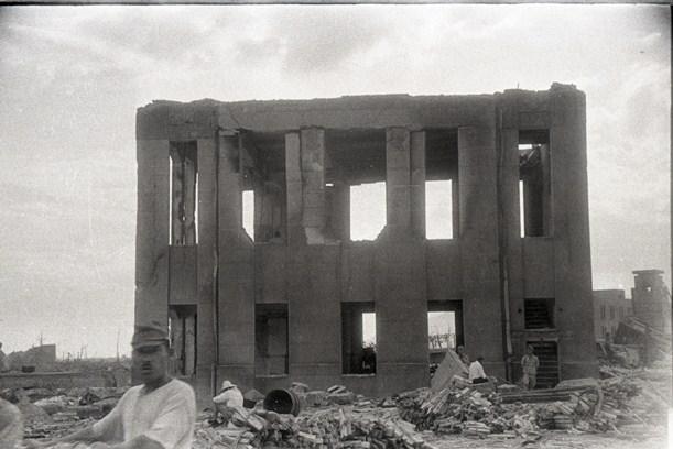 広島市の相生橋東詰にあった、被爆直後の日本赤十字社広島支部の倉庫=1945年8月10日、朝日新聞大阪本社写真部・宮武甫撮影