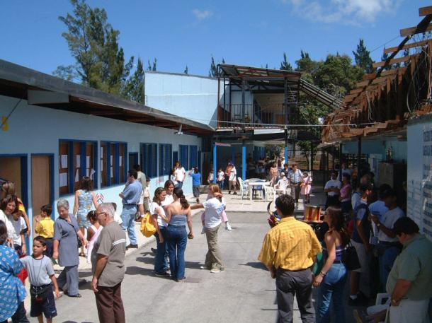 首都サンホセ郊外の小学校