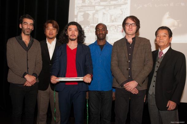 KINOTAYO映画祭で『捨てがたき人々』が批評家賞受賞。 批評家に囲まれた榊英雄監督(左から三番目)、 脚本家の秋山命氏(左から二番目)と、 同映画祭会長の片川喜代治氏(右) (c) Philippe Henriot