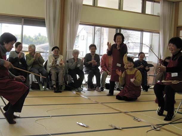地方のボランティアが運営する地域デイサービスを楽しむお年寄りら=2012年3月、福岡県筑後市