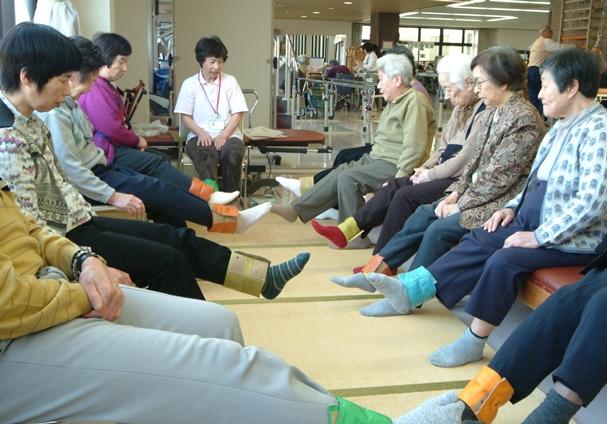 筋肉トレーニングをする高齢者たち。介護予防に注目が集まっている=2006年4月、鳥取市浜坂