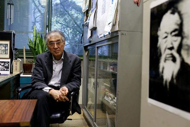 小出裕章さんの研究室には、田中正造のカレンダーや肖像が飾られている=2012年12月5日大阪府熊取町の京都大学原子炉実験所