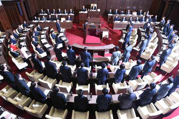 大阪都構想を賛成多数で可決した大阪府議会=2015年3月17日、大阪市中央区