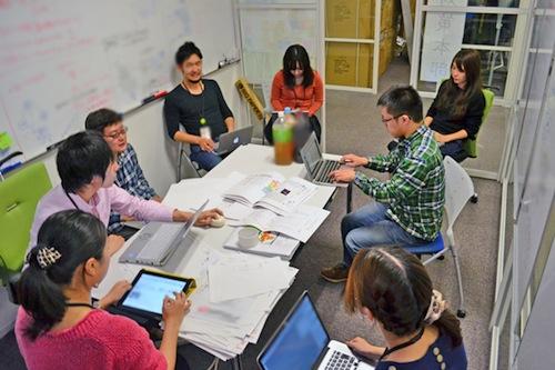 2014年の衆院選時の「衆院選対策本部」の様子。企画、編集、エンジニア、デザイナーなど、Yahoo!ニュースを含む各部門・職種のメンバーが集まり、24時間態勢で対応にあたった