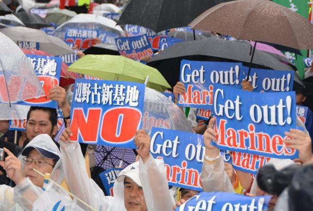 「辺野基地反対」の掲げる集会の参加者=2015年4月28日、沖縄県庁前
